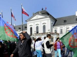 V septembri 2011 Rómovia z východného Slovenska protestovali pred Úradom vlády, o rok neskôr plánujú protestnú hladovku.         Autor: TASR
