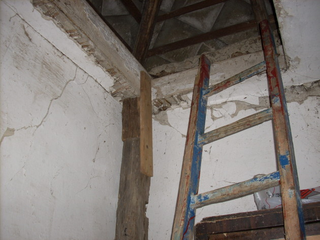 Tieto praskliny na dome pribudli od mája 2013 - vo vnútri domu...