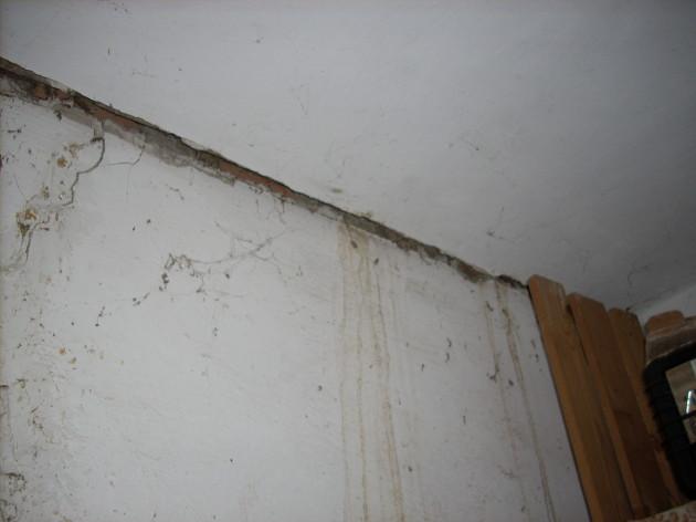 Detailnejší záber do rohu pod stropom