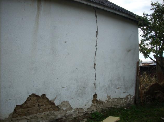 Prasklina na stene zo západnej strany