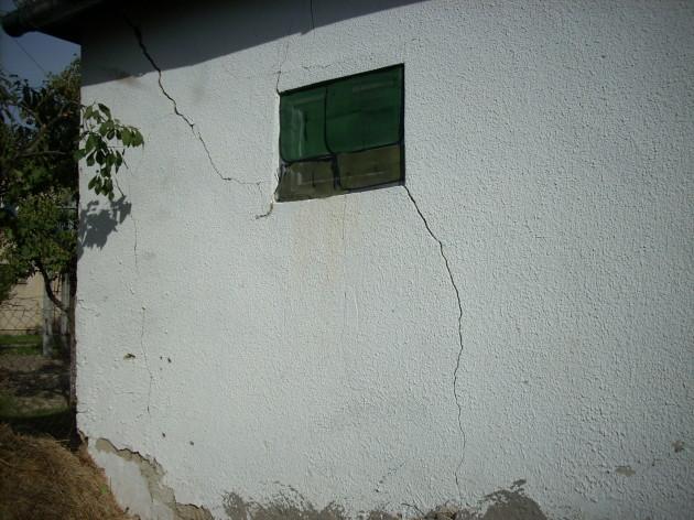 Tieto praskliny na dome pribudli od mája 2013