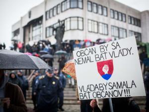 Účastníci protestného zhromažždenia Občiansky odpor proti systému a skorumpovaným politikom. Autor: SITA, Jozef Jakubčo