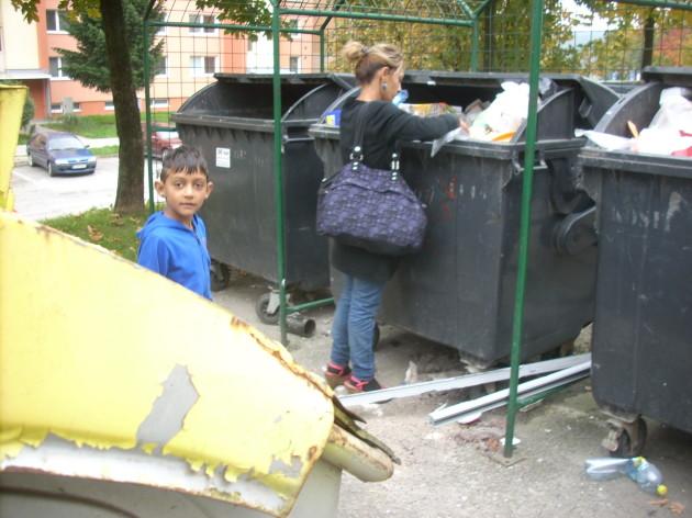 Nemal by byť tento chlapec skôr v škole? (Takto spolu s mamou prehrabával odpadky v kontajneroch cez pracovný deň o 11:00 hod.) :-(((((
